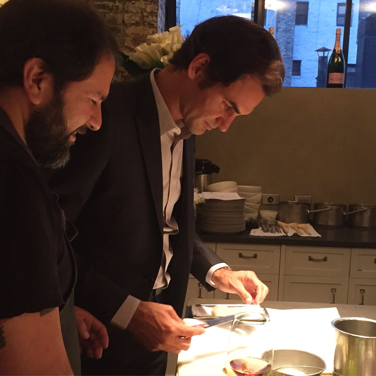 Cool hanging out & slicing up scallops w @enriqueolvera & @rogerfederer (!)  #foodandwine #MoetChandon #Champagne https://t.co/bMmx5w7l1i