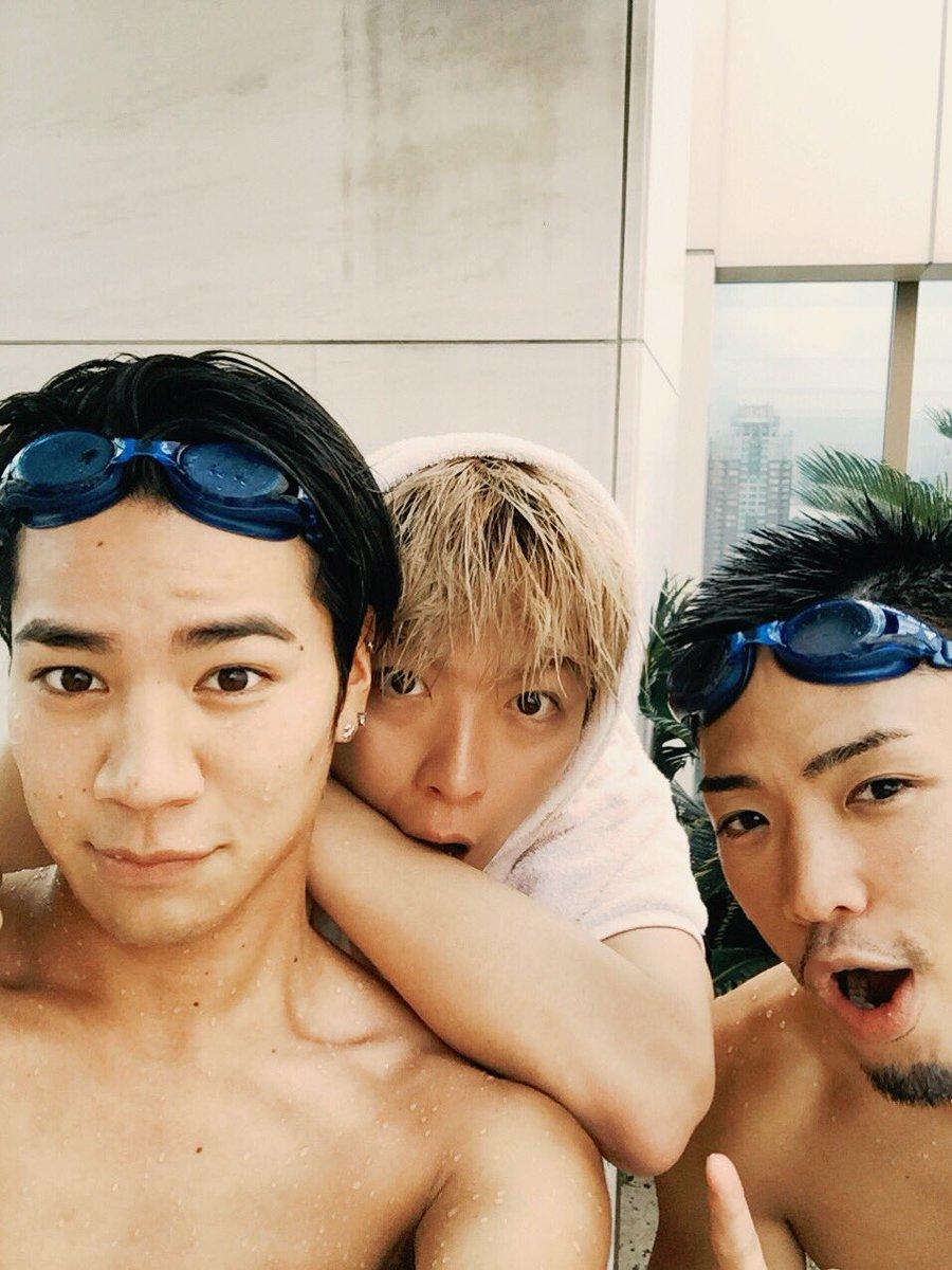 昨日、ジェネの龍友と俳優の慶吾とランチ行ってからプールに行って、お揃いのTシャツ買ってスポッチャ行って卓球やってメシ食べて、超充実した1日を過ごしたよ✨元気でた