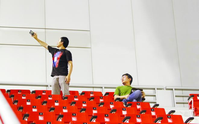 صحيفة الرياضية : أفراد الجهاز الفنى التايلاندى يصورون مباراة المنتخب الوطنى مع لاوس coobra.net