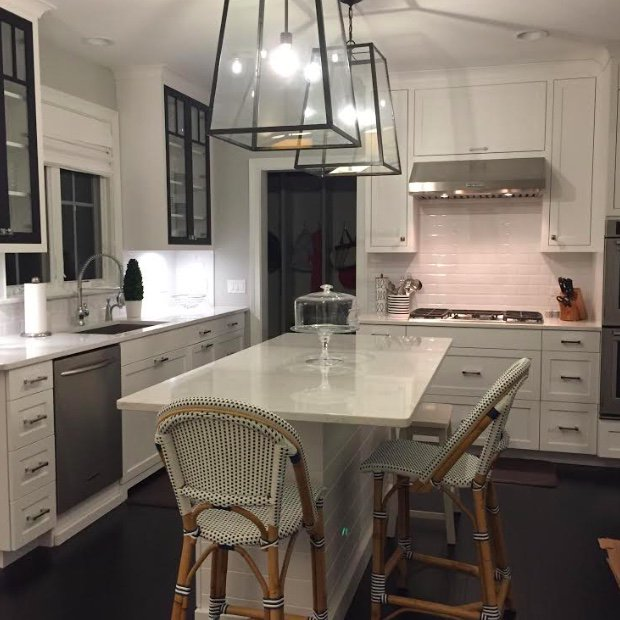 This Woodways kitchen features unique lighting, as well as a mixture of shaker style and glass panel cabinet doors. https://t.co/271fmf2k5k