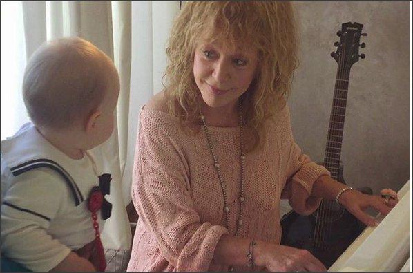 Алла Пугачева учит дочь Игоря Николаева игре нафортепиано