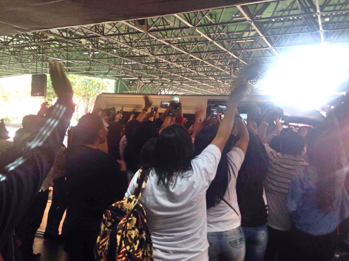 Lucero chega ao Brasil para show de 'Cúmplices de um Resgate' e enlouquece fãs. Os detalhes no #SBTBrasil, às 19h45 https://t.co/m7q6uFLOsN