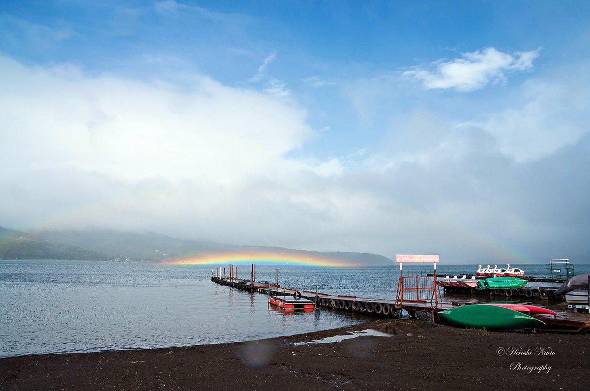 山中湖に出現した不思議な虹 本日14:00過ぎ、家をでて湖畔を走っていると湖面に珍しい虹が現れた。 昨年、2015年7月22日に現れた虹と同様の変わった虹だった。 これはどのような現象なんだろう? #虹 #山中湖 https://t.co/mu1EgEZ1g3