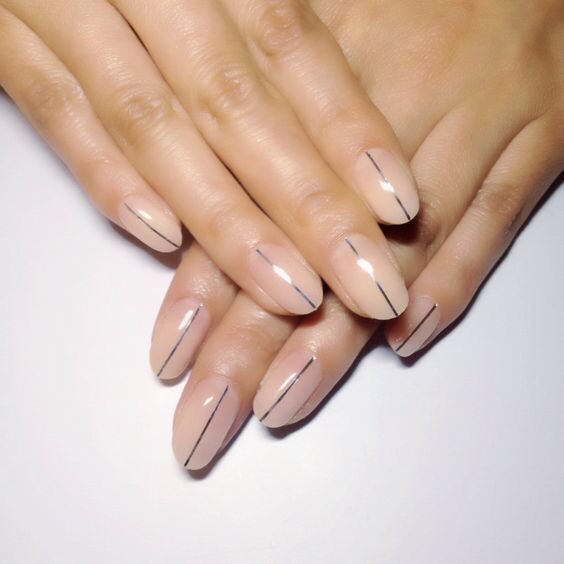 Always look for the silver lining. In love with this minimalist nail look from @eichimatsunaga.