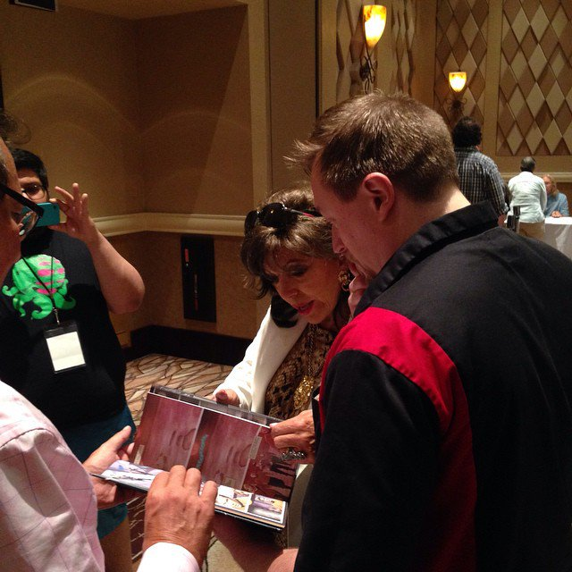 "Great con moment. Showing @Joancollinsdbe my Edith Keeler art in ""City on the Edge of Forever"" #StarTrek50 #LLAP50 https://t.co/sbqJuEXp7d"
