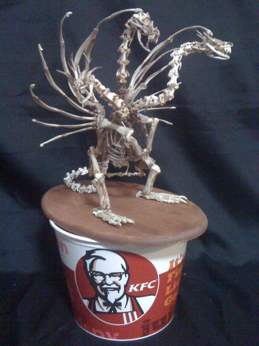 ケンタの骨で骨格は作れるのか? って奴で、キングギドラの骨格も作れる?って言われて 作ったのがこちらです。  三枚目はケンタ使用量 #骨格標本作りのススメ