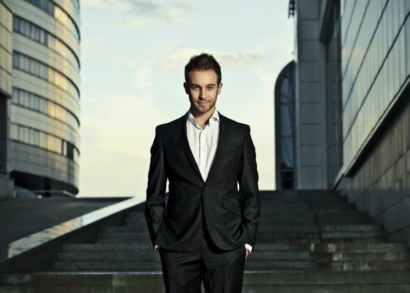 Фото мужчина бизнесмен стойке, сильные