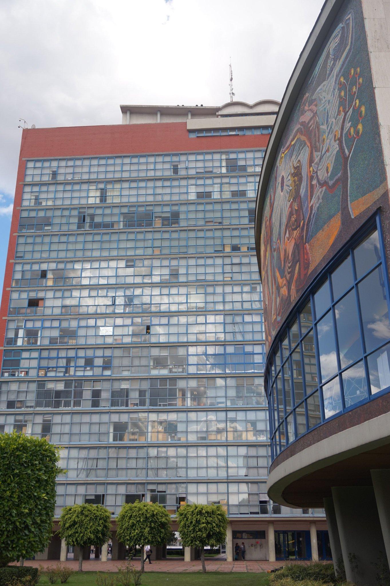 """#PreservColecc_SonorasAV_UNAM  La tour des """"Humanités"""" sur le campus de l'UNAM https://t.co/4sP6OnX1e4"""