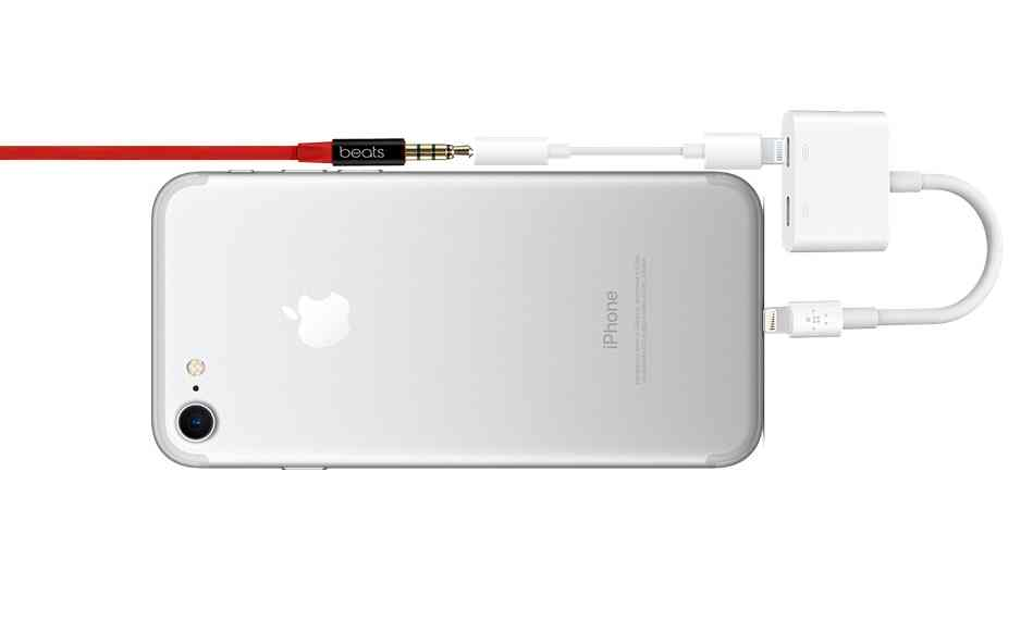 Why is my iphone 7 not playing through headphones