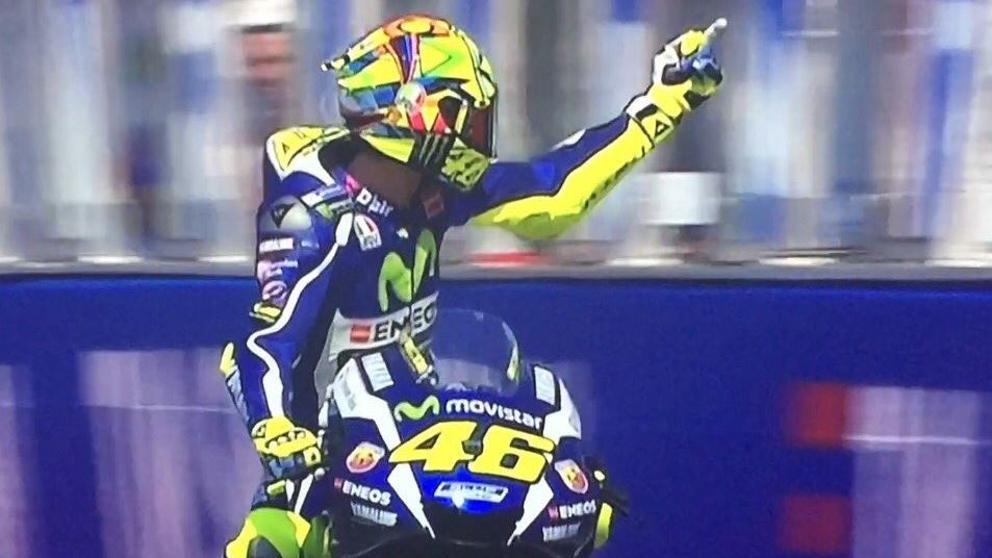 Video Valentino Rossi mostra il dito a Espargaro nelle libere del GP San Marino a Misano