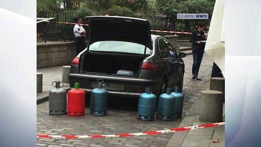 4日前パリ、観光名所ノートルダム寺院近く路上でフォグランプつけっぱなしの不審車を住民が通報。警察は直ぐに対処せず放置。結局、車中にガスボンベ7本も発見。昨日になって、IS系女性3人と特定。かろうじて大規模テロ回避。 https://t.co/4h3AYvQczp