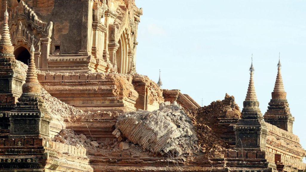 #bagan and #UNESCO train volunteers to carefully clean-up debris from 397 pagodas/temples damaged by 6.8 #earthquake https://t.co/viuK5ulIuF