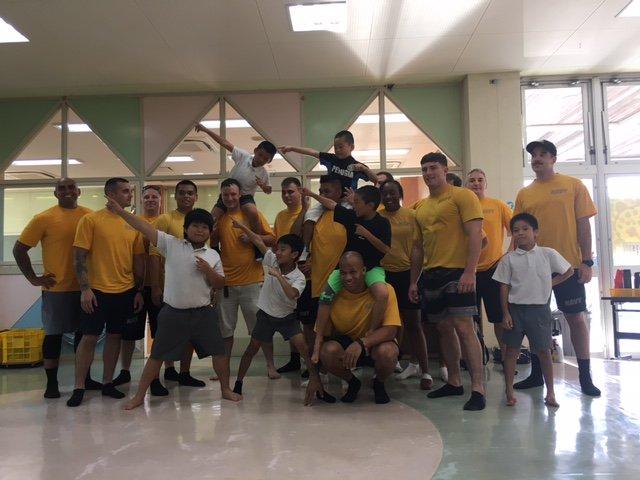 こんにちはー! 今日はいつもお世話になっている嘉手納児童館に海軍ボランティアが子供達と英語交流している様子をアップしますね。隊員に英語で積極的に話しかけ、あっという間にお友達です♪ https://t.co/qruOxzt8y6