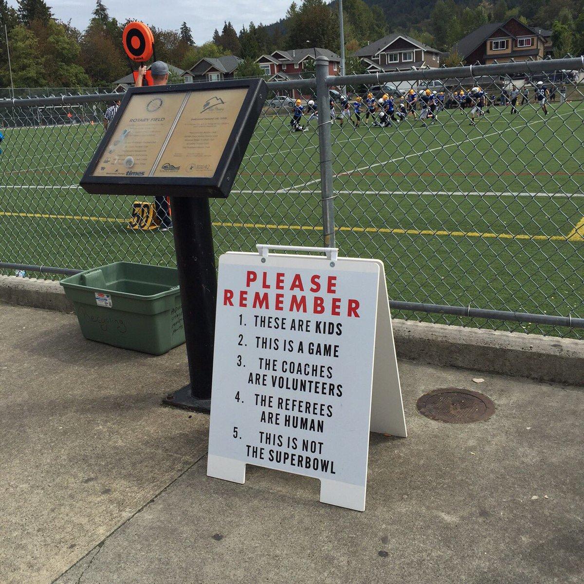カナダの子どもたちのアメフト試合で注意書き 1.彼らは子どもです 2.これはただの試合です 3.コーチはボランティアでやってます 4.審判は人間です 5.これはスーパーボウルではありません https://t.co/kXezuN6Wlk
