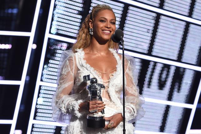 Why not even @Beyonce can save the #VMAs https://t.co/w1QebjAJzl https://t.co/IDMArFNo6Q