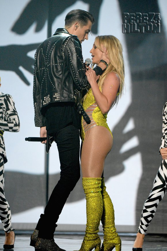 #BritneySpears DENIES #GEazy tried to kiss her during their steamy #VMAs performance! https://t.co/2fhFkbdibW https://t.co/5C0KC37VAn