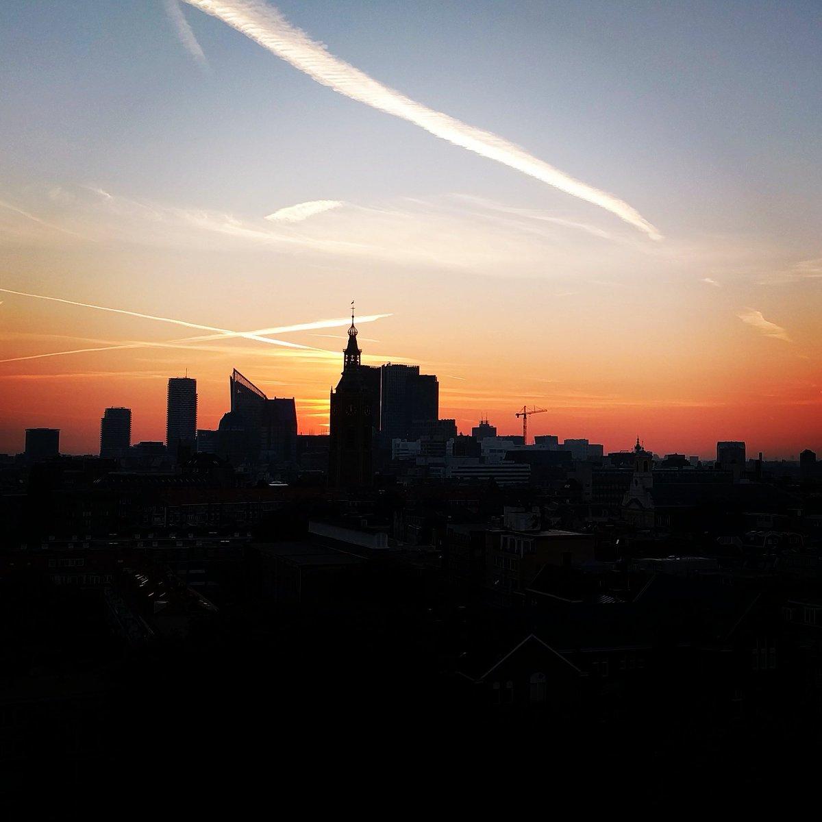 Gutten morgen! #sunrise #city #TheHague #DenHaag #skyline #morning  #Holland #Netherlands #Dutch #phonephotography https://t.co/pbzH01OBjF