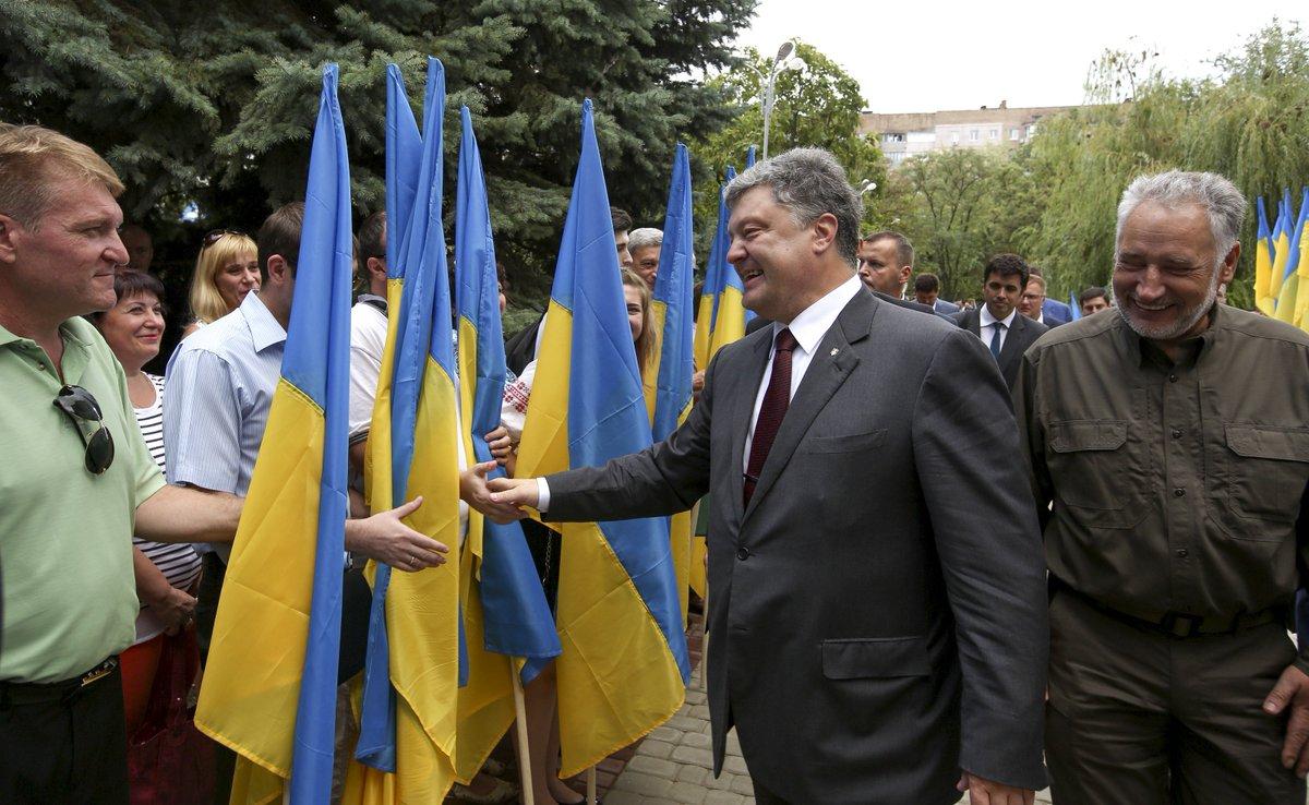 Открытие в Мариуполе центра админуслуг пытались сорвать, сообщил Порошенко