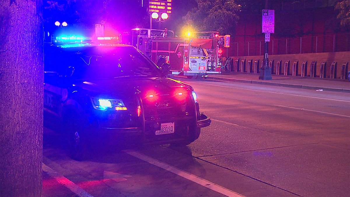 2 Seattle TV news cameramen come to aid of stabbing victim in street -