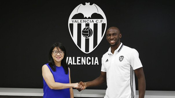 13h04  OFICIAL - O Valencia fechou a contratação do zagueiro Eliaquim  Mangala. O francês chega emprestado pelo Manchester City. 1cdf97d9c5eb8
