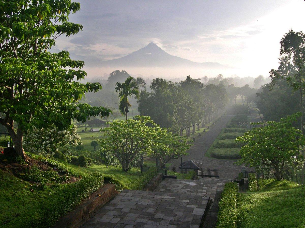 Merapi dari Candi Borobudur - Indonesia Sumber: flickr.com/photos/maggi_h…