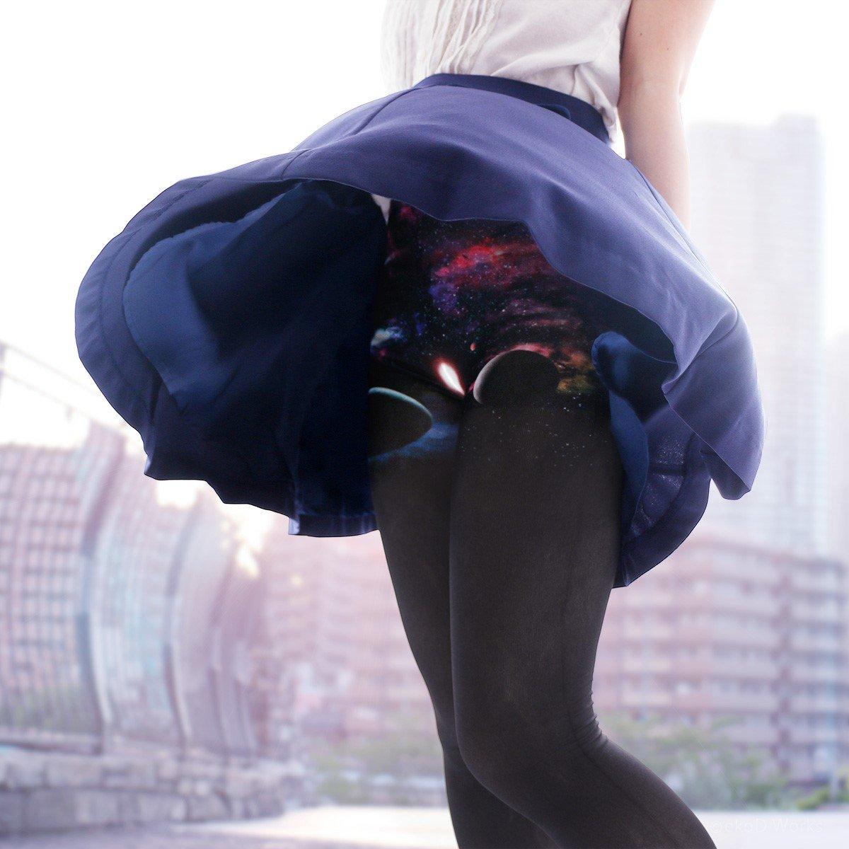 """風吹けば、宇宙。  """"オトナの浪漫タイツ""""完成。 https://t.co/cXJ4UrWgVA その装いは一見ごく普通の無地タイツ。さわやかな風が吹き抜けると、スカートの裾から胸おどる宇宙が広がります。新感覚の浪漫体験をあなたへ。 https://t.co/FDDINdN555"""