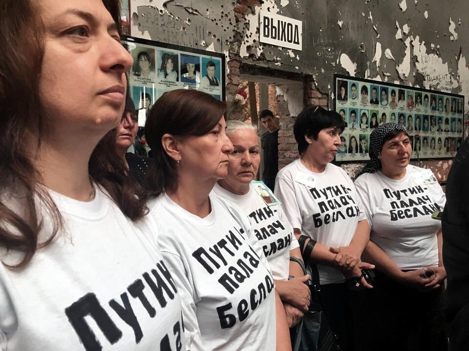"""""""Хватит снимать, алле! Заберите ее в райотдел"""", - в Беслане при освещении протеста матерей погибших во время терракта задержали двух журналистов - Цензор.НЕТ 4207"""