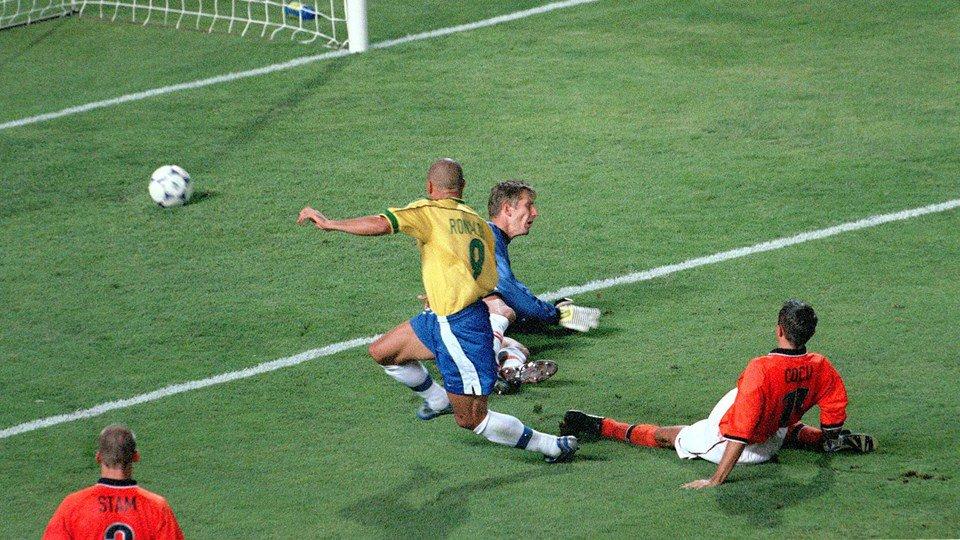 """""""الظاهرة"""" رونالدو والهدف بشباك هولندا سنة 1998"""