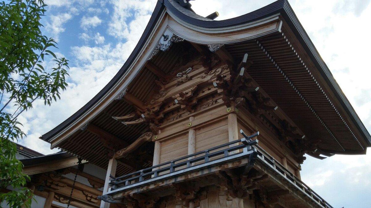 この神社、蛇推しも凄いけど神社自体も凄まじい。造りが重厚過ぎて田舎の片隅の神社にしては規模がめっちゃでかい。御朱印帳は蛇の印を押して貰えるよ!あと白蛇の皮が入ったお守りもあるよ! https://t.co/XXrTkeBCsk