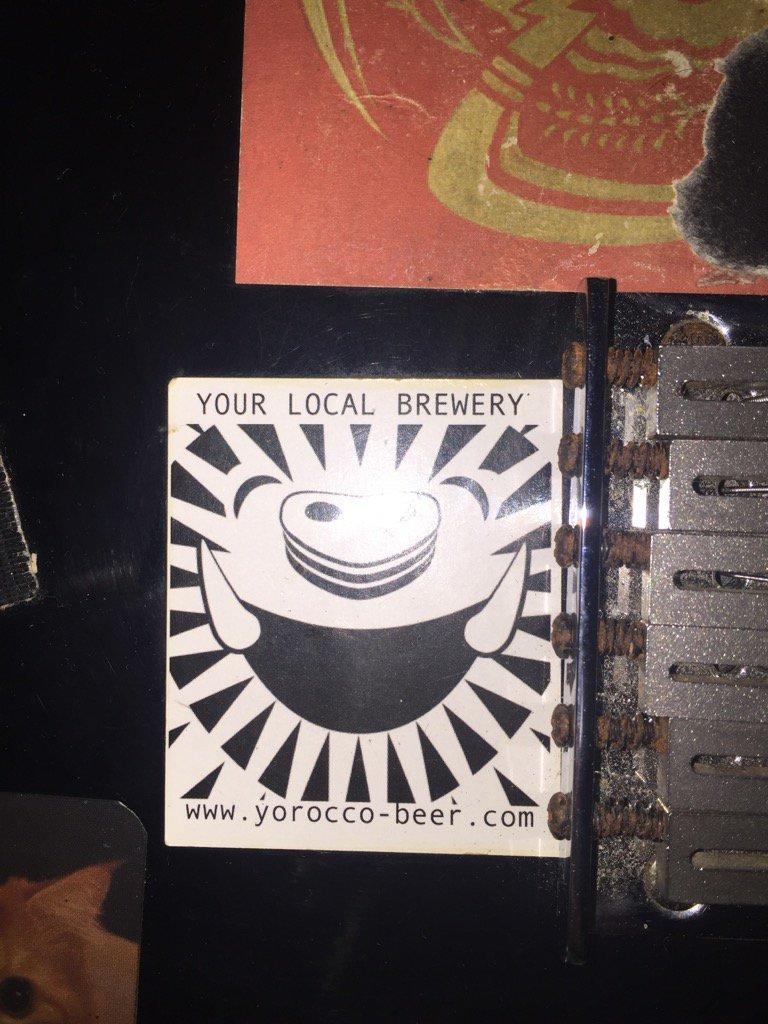 このステッカーは逗子の久木というところに工場っていうか作ってるところがあるヨロッコビールっていうクラフトビール屋さんのステッカー。このビール屋さんはめっちゃ旨い。クラフトビールに興味あったりしたら絶対飲んだ方がいい。