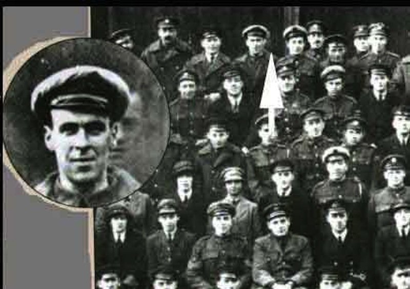 This pic was taken in 1919. Of a WW1 squadron. Freddie Jackson died 2 days earlier, but showed up for the pic anyway https://t.co/kmbNz7VUkp