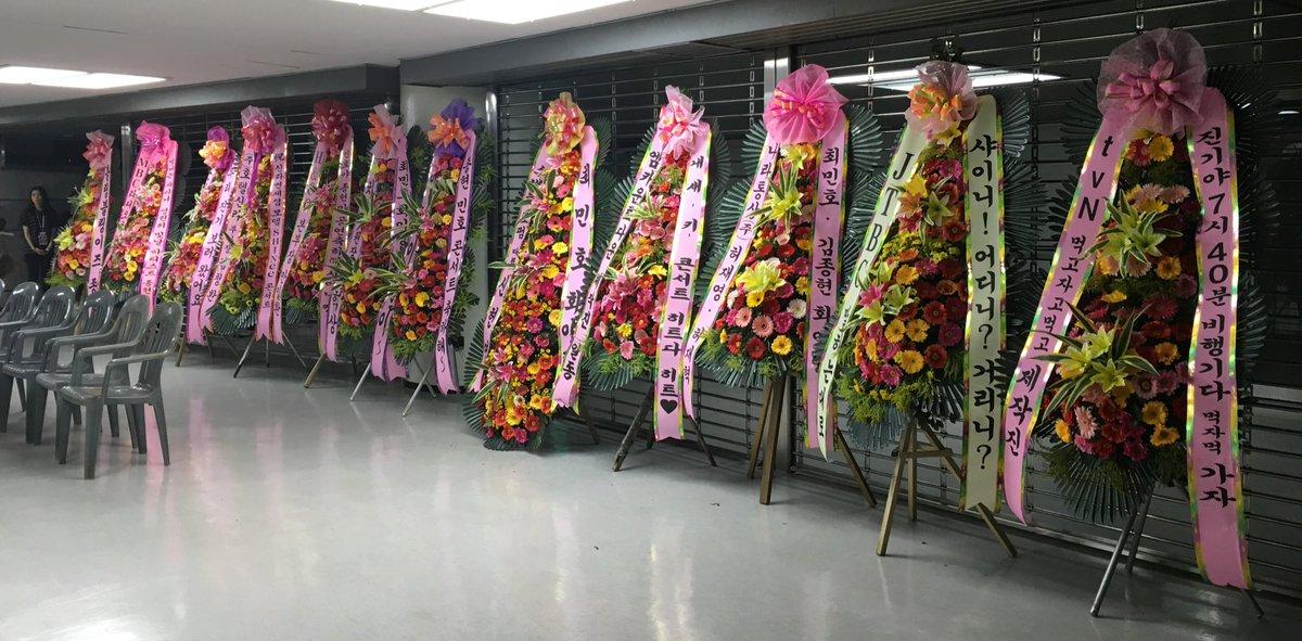 SHINeeコンサートをお祝いするため各放送局関係者や企業の取締役から送られたお花です☆メンバーたちはこのお花すぐ前の楽屋で待機していますね!(^ ^) https://t.co/y9AeV0IHUW