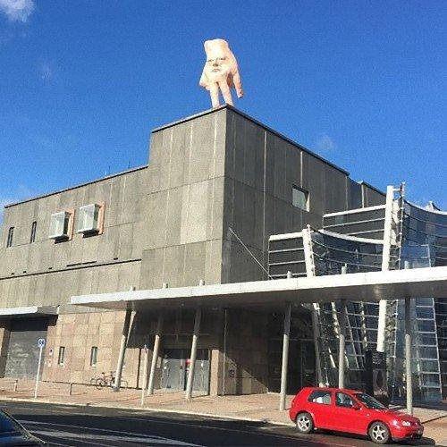 【むむむ】屋上に設置された像 地元の人々がざわつく…ニュージーランド https://t.co/TzkRKxfwAz  像を手掛けたアーティストによると、「特に意味はないし、何かメッセージを伝えようとしたわけでもない」とのことです。