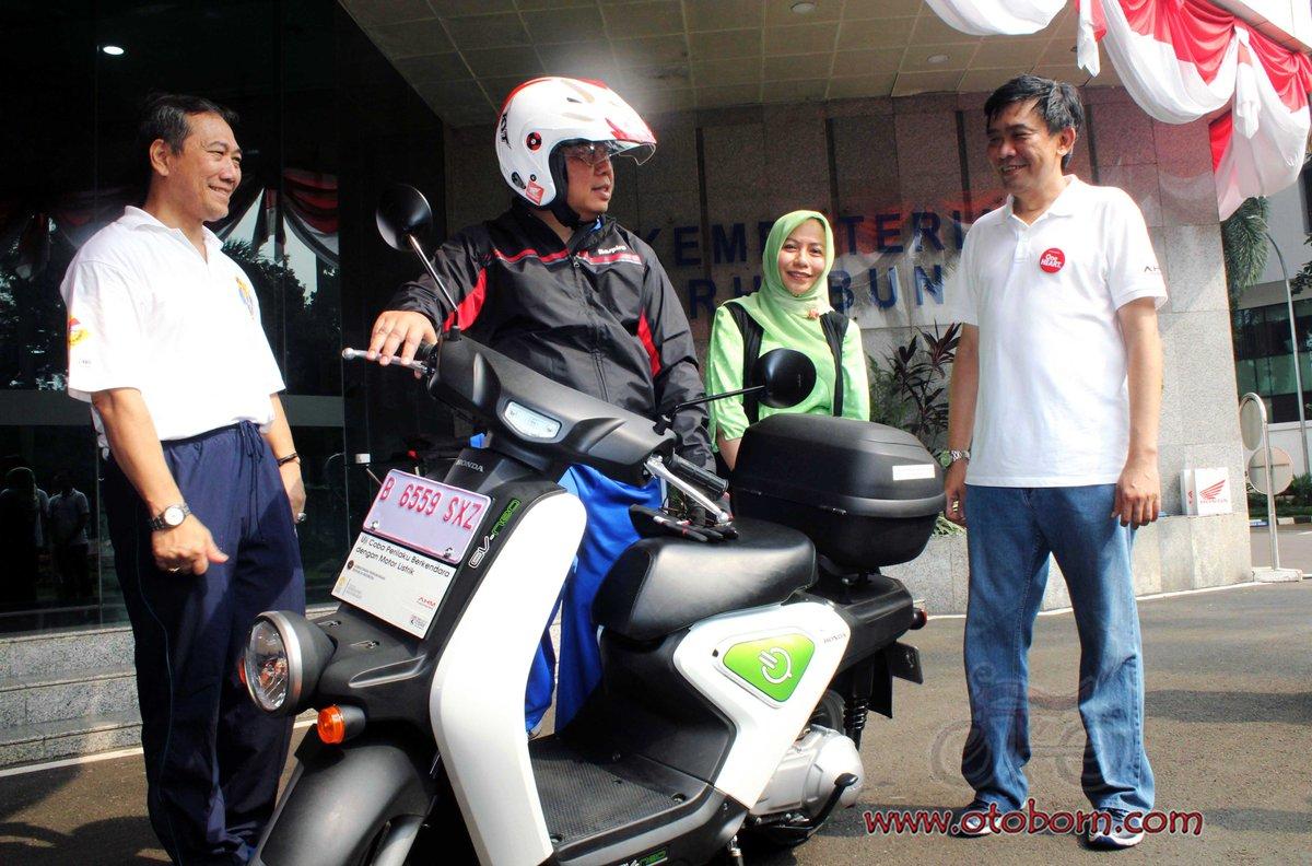(tengah kiri) Direktur Jenderal Perhubungan Darat Kementerian Perhubungan Republik Indonesia Pudji Hartanto berbincang bersama dengan (kanan) Direktur Marketing AHM Margono Tanuwijaya setelah mengendarai motor listrik Honda EV Neo dalam acara pembukaan uji coba perilaku berkendara sepeda motor listrik di Kementerian Perhubungan Darat (2/9)