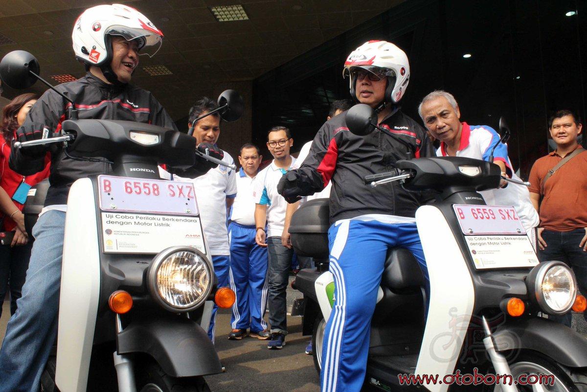(dari kanan di atas motor) Direktur Jenderal Perhubungan Darat Kementerian Perhubungan Republik Indonesia Pudji Hartanto bersama dengan Direktur Marketing AHM Margono Tanuwijaya mencoba motor listrik Honda EV Neo dalam acara pembukaan uji coba perilaku berkendara sepeda motor listrik di Kementrian Perhubungan Darat (2/9)