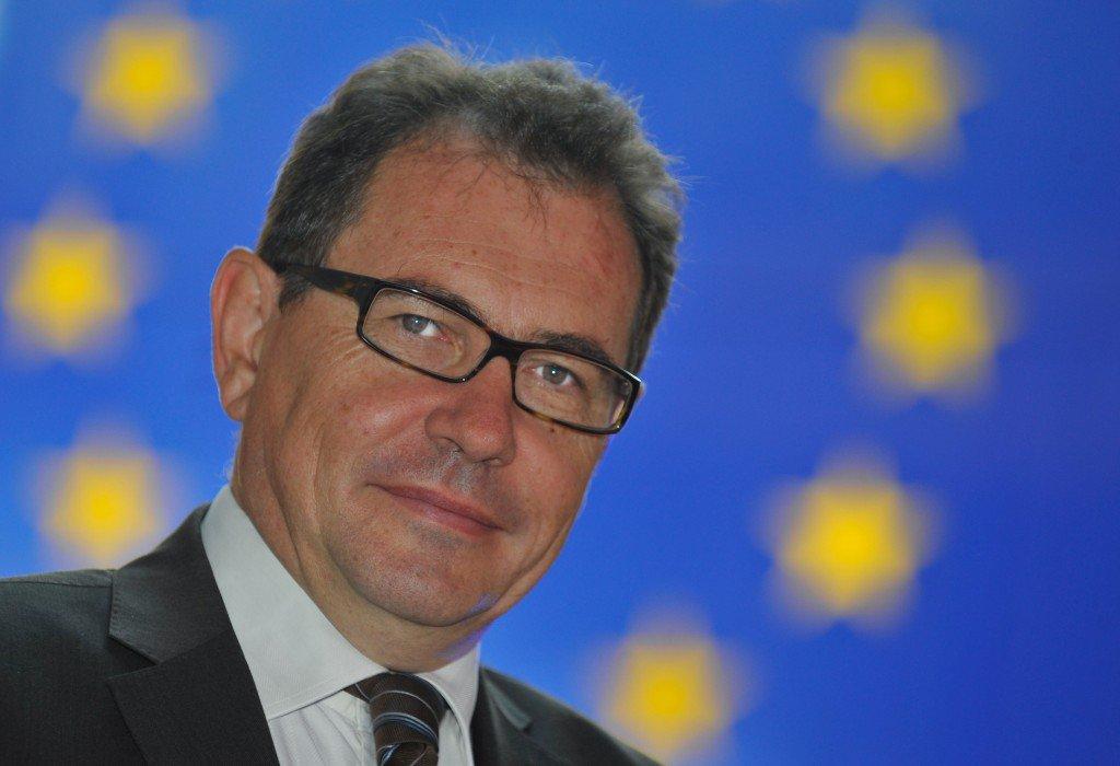 #Yvelines >Le vice-président du MoDem R. Rochefort arrêté pour s'être masturbé dans un magasin à proximité d'enfants