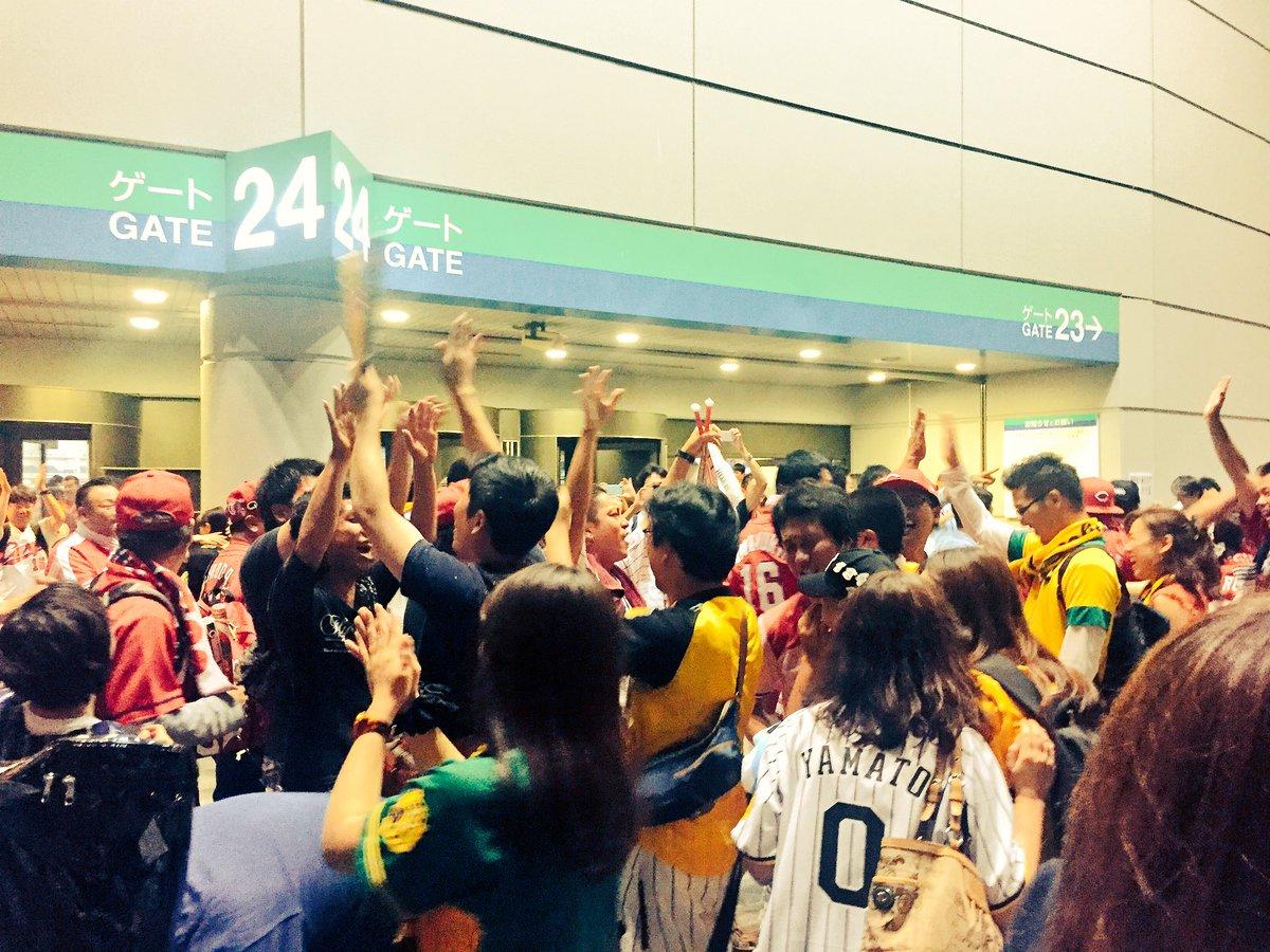 東京ドームから出たところで なぜか阪神ファンが出迎えハイタッチw  「おとといはホント申し訳ない!!!」 https://t.co/L4H7ljyBgT