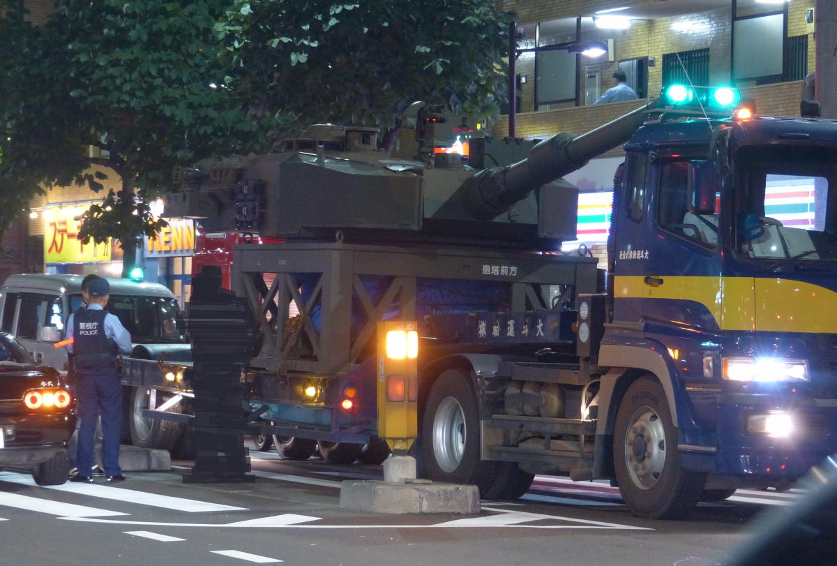 さきほど、環状七号線、長原陸橋近くの事故現場を砲塔を輸送している車両が通過していました。 pic.twitter.com/WJO7n2NzxZ