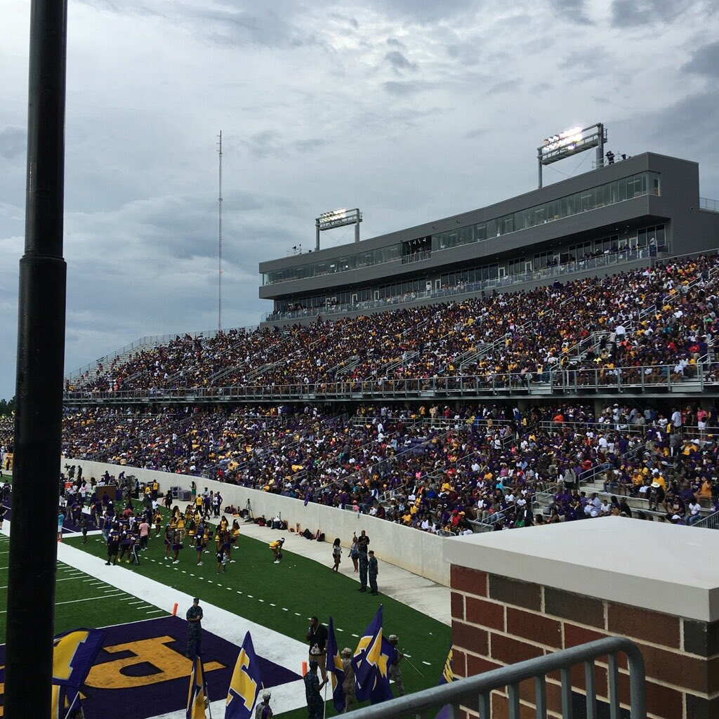 What a great view of the crowd in Panther Stadium. Who ya rootin' for? https://t.co/tefrAwuwVl