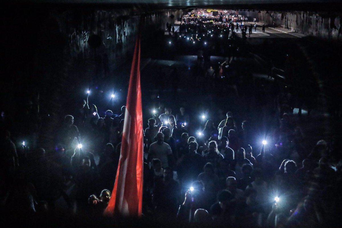 Alckmin manda apagar as luzes das ruas do trajeto do protesto #ForaTemer e o povo acende os celulares. #DiretasJÁ https://t.co/RpXUifqjhc