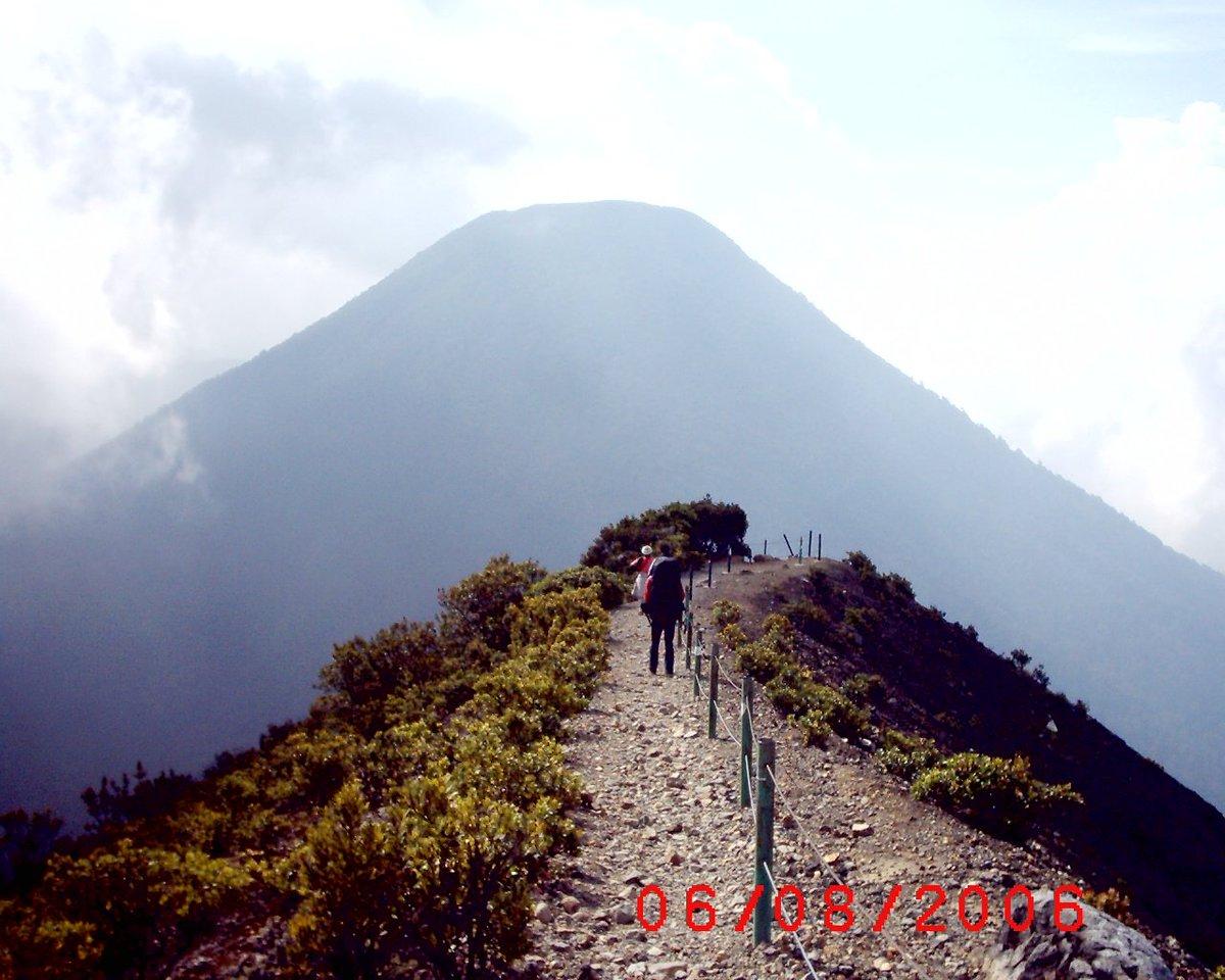 Gunung Salak - Indonesia Sumber: upload.wikimedia.org/wikipedia/comm…