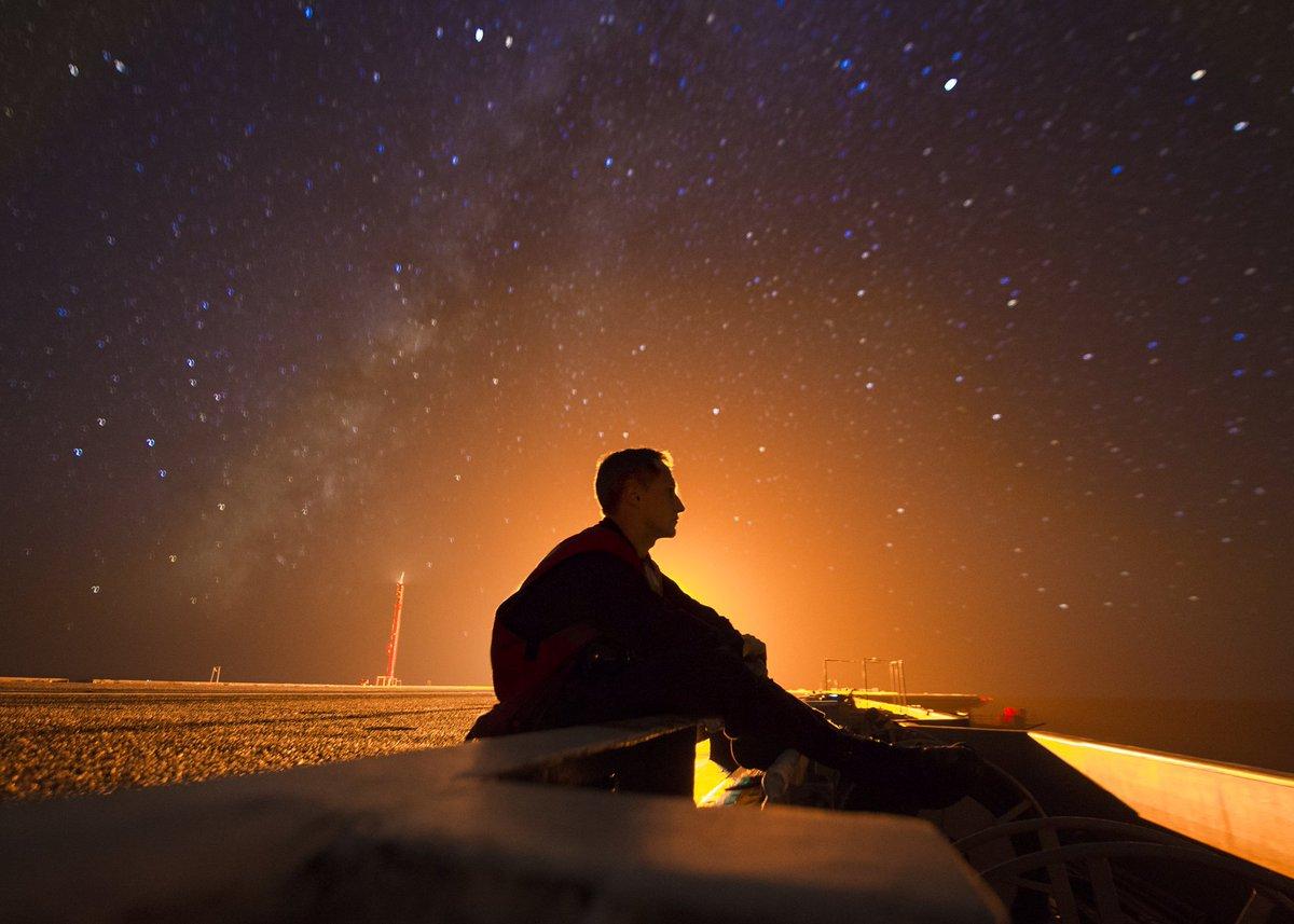 今年1番のすごい写真かも。太平洋上の空母カール・ヴィンソンで撮影された、星空を眺める海軍兵。