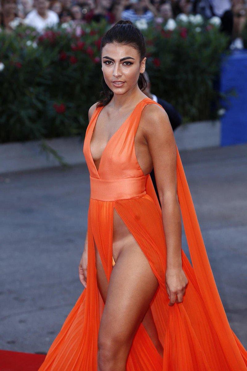 """Little✪Hollywood a Twitter: """"ジュリア・サレーミ  まあすごい。イタリアのモデルさんは日焼け跡は気にしないのかな。下着の線でないようにするのと同じ感覚で跡も見えないようにしてもね…あ、そもそも隠すつもりもないこのドレスの構造。…  """""""