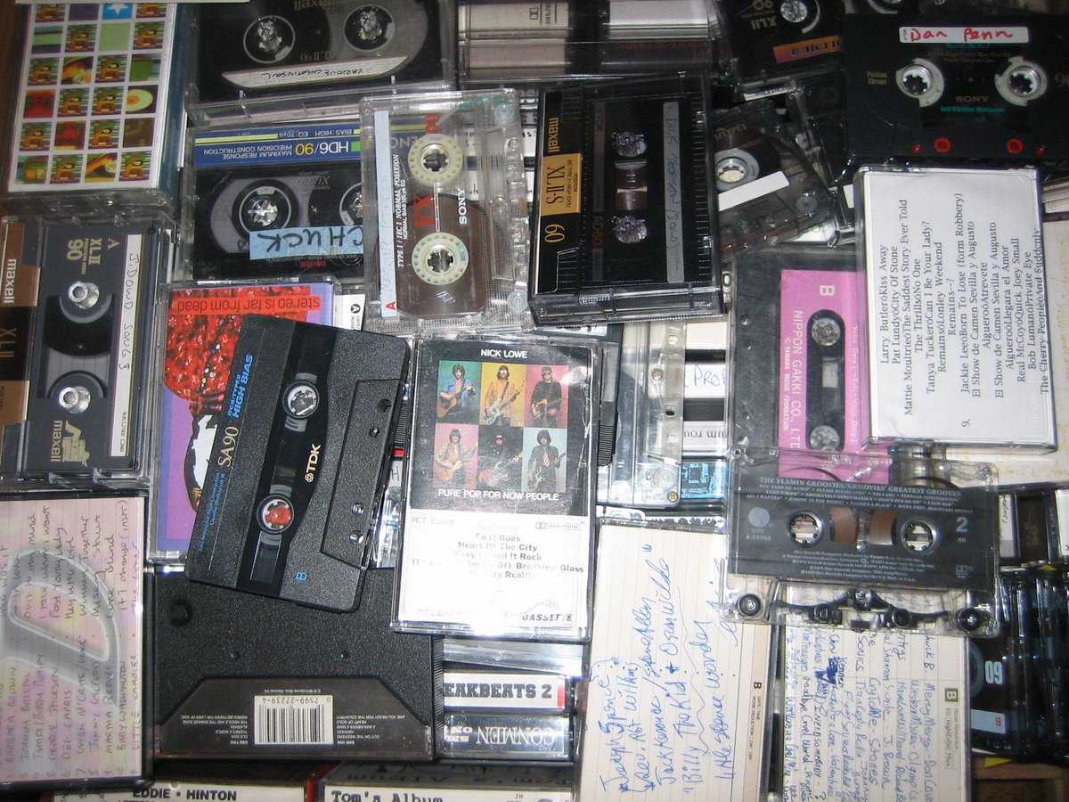 Not only can you record over a cassette, but they pick up right where you left off, like a book. CD's can't do that https://t.co/MiUVi0cVR2