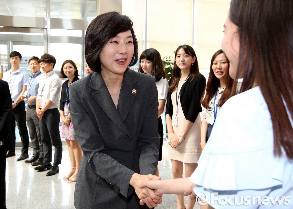 드라마 장면 아님? RT @photo_jjang: 요즘 떄가 어느떈데 장관 첫 출근한다고 직원들 도열시켜서 박수치게 만느냐? 정신들 못차리네 https://t.co/bcKdVnanLB