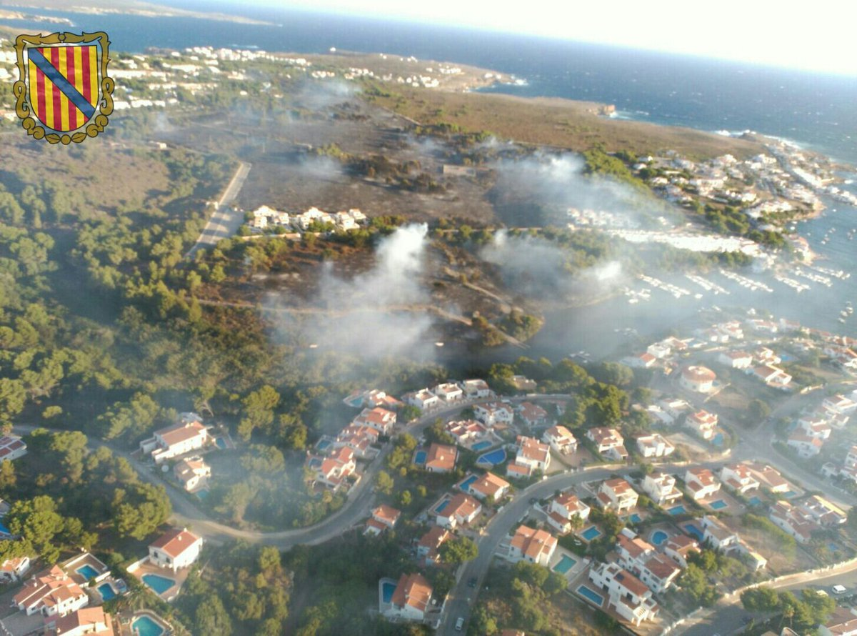 (Vídeo) El incendio obliga a desalojar a 600 personas en Addaia y Coves Noves: https://t.co/wlJLrLEEFt #Menorca https://t.co/izL48oxlBS