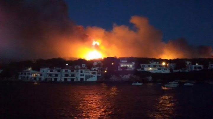 Vídeo de los medios del Ibanat actuando en el incendio de #EsMercadal: https://t.co/wlJLrLEEFt #IFArenaldenCastell https://t.co/JZ1yp3S4SY