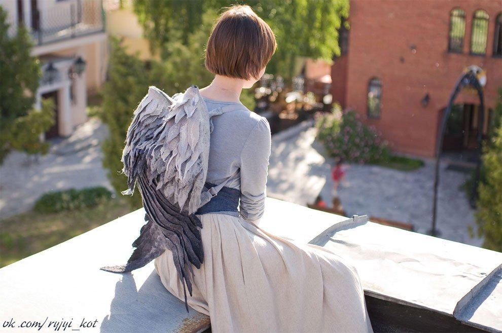 [デザインその他]鳥の羽をモチーフにした、フェルト製のバックパック。ベラルーシ共和国を拠点とするEstyショップOrangeCatMinskより。[2016年9月7日]