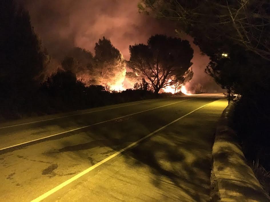 (Vídeo-resumen) Así fue el incendio desatado de madrugada en #EsMercadal: https://t.co/k6PxX6SwFG #Menorca https://t.co/qSxegQcK3v