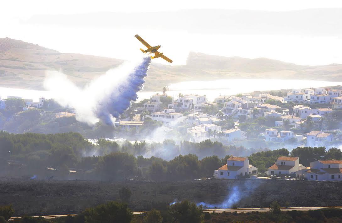 (Última hora) 20 personas tratan de extinguir de forma definitiva el incendio de #EsMercadal https://t.co/mT0IT8UlGJ https://t.co/MGnlSErfjf
